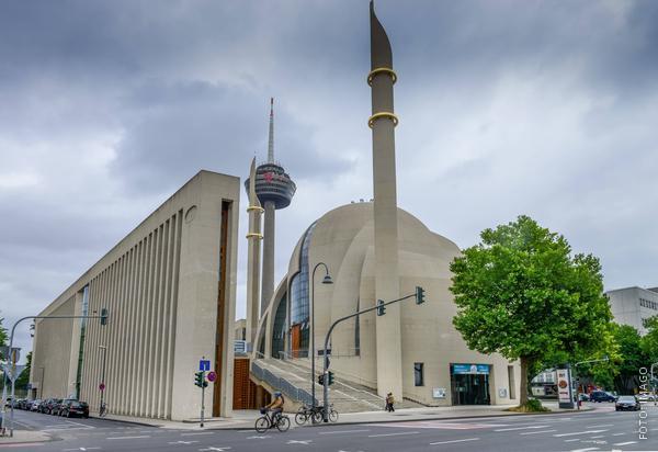 Zu sehen ist die Zentralmoschee in Köln-Ehrenfeld an der Venloer Straße.