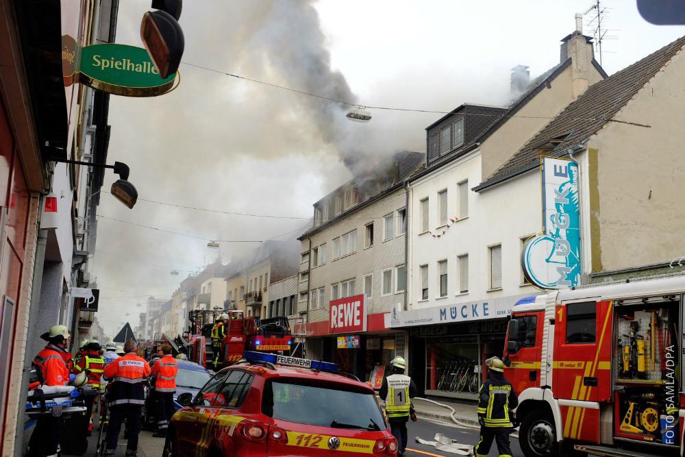 Ein Dachstuhl in Krefeld brennt.