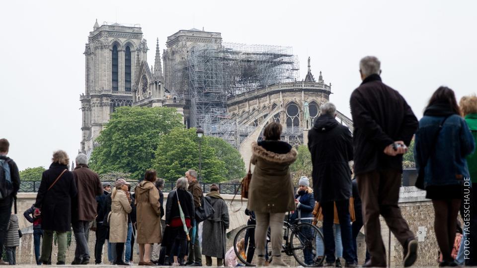 Pariser schauen auf die abgebrannte Notre-Dame