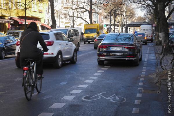 Autofahrer blockiert einen Radweg