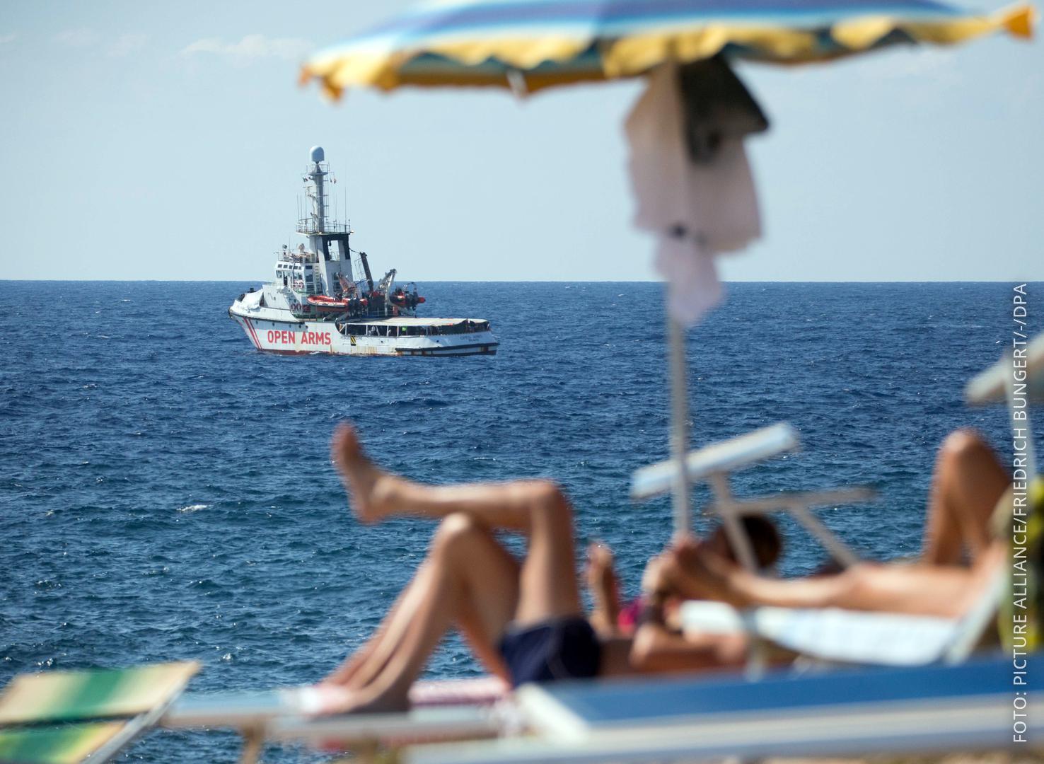 Flüchtlingsschiff liegt vor Lampedusa