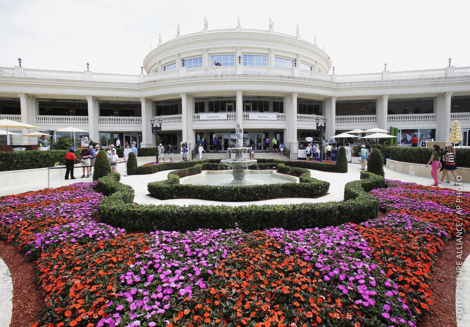 Ein prachtvolles Hotelgebäude mit einem bunten Blumenbeet davor