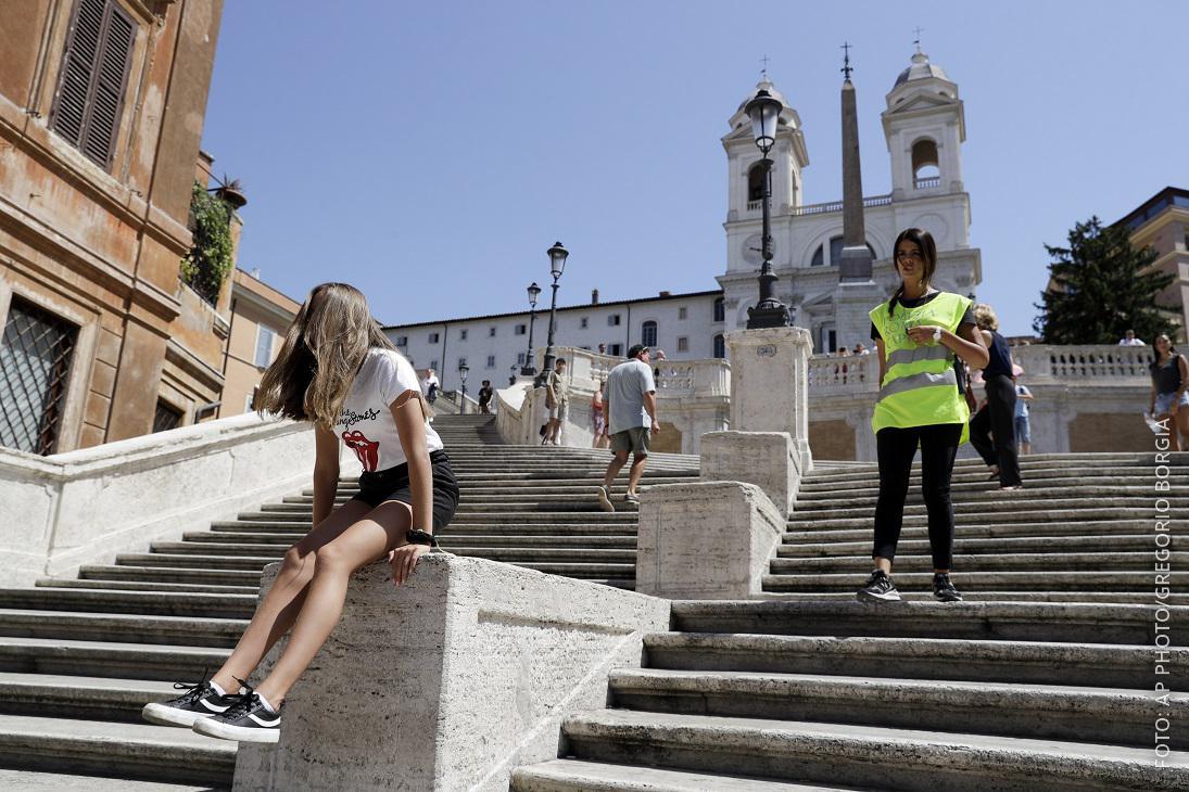 Touristen auf der Spanischen Treppe in Rom