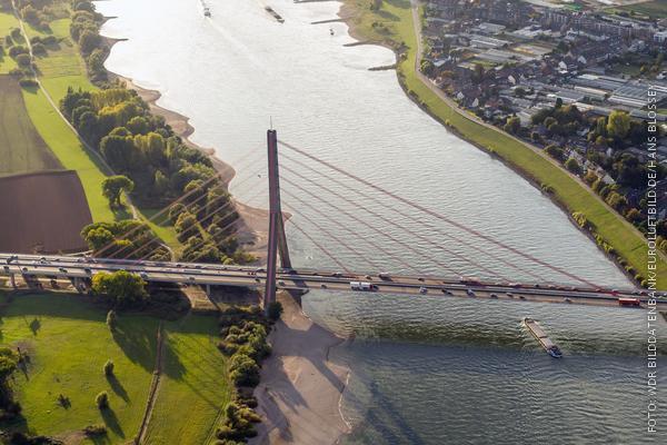 Die Fleher Brücke bei Düsseldorf aus der Vogelperspektive