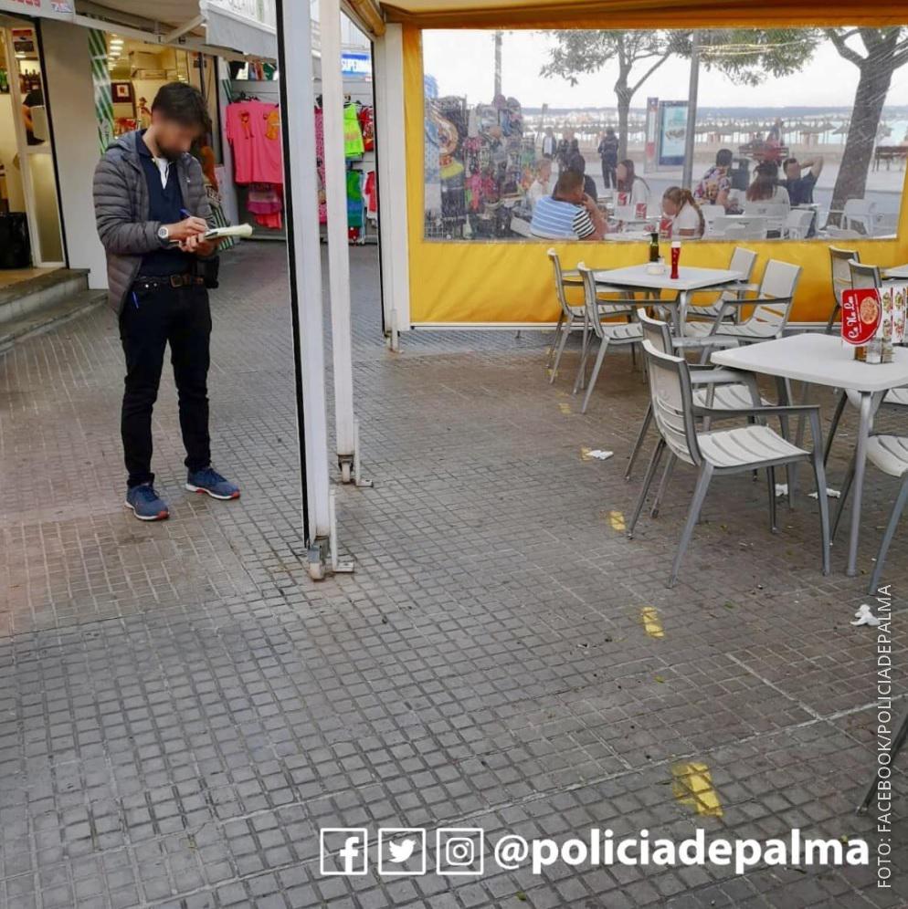 Ein Polizist kontrolliert ein Lokal auf Mallorca.
