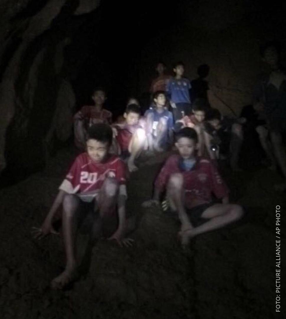 Ein erstes Foto der thailändischen Fußballer, die tagelang in einer Höhle eingeschlossen waren.