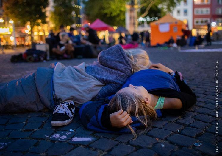 Zwei Schülerinnen mit Schlafsack auf dem Alter Markt in Köln