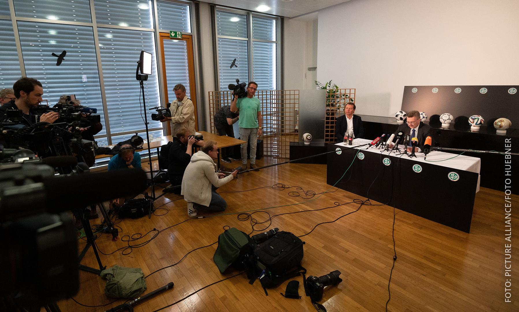 Grindel verkündet bei einer Pressekonferenz seinen Rücktritt