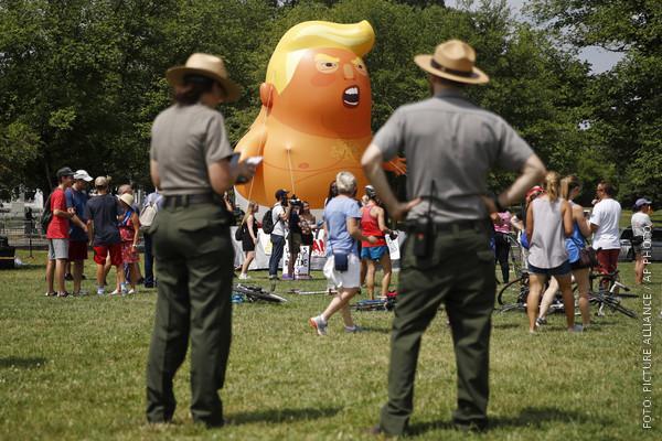 Ranger schauen auf den Riesenballon mit Trumps Kopf