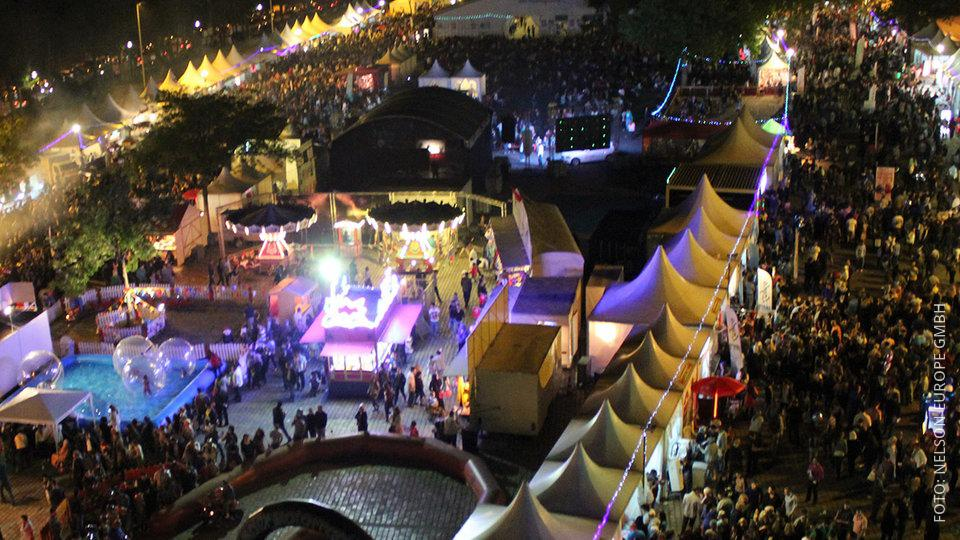Das Ramadan-Fest in Dortmund aus der Luft gesehen: viele Zelte