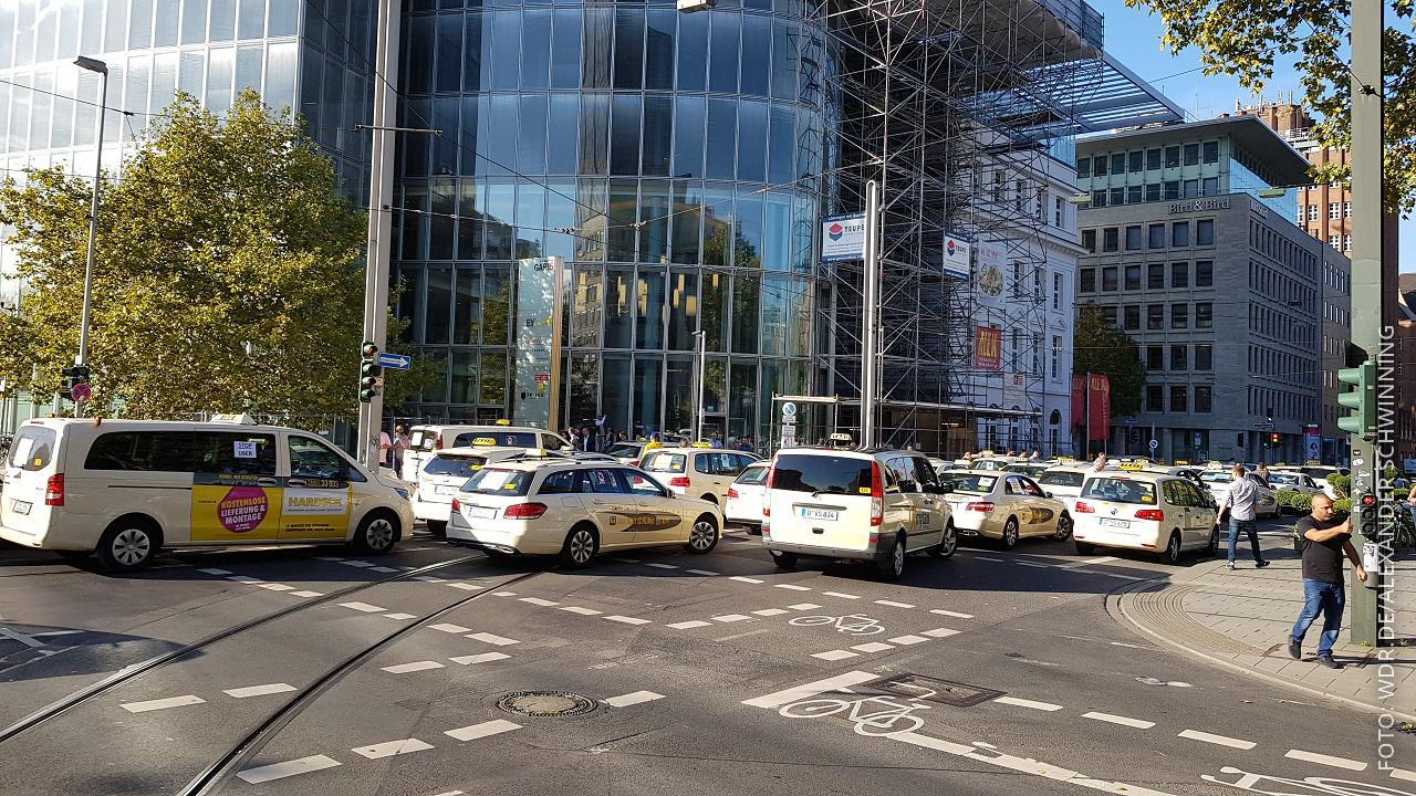 Autokorso von Taxifahrern in Düsseldorf