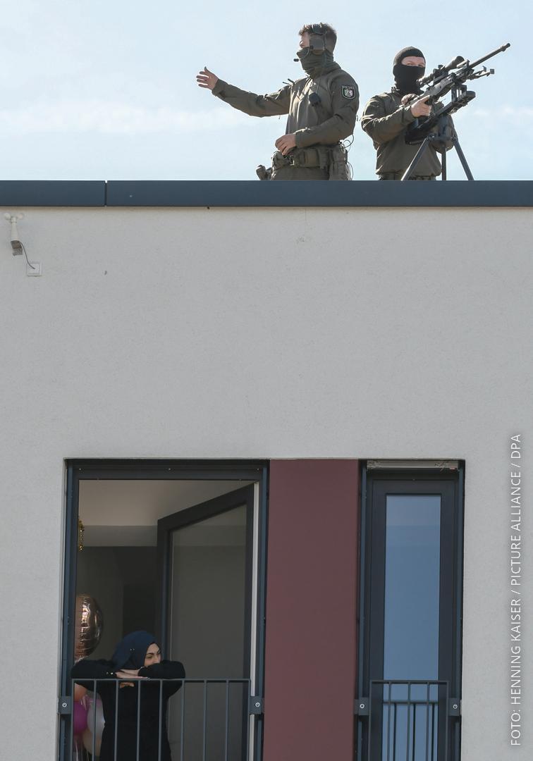 Scharfschützen stehen auf einem Dach
