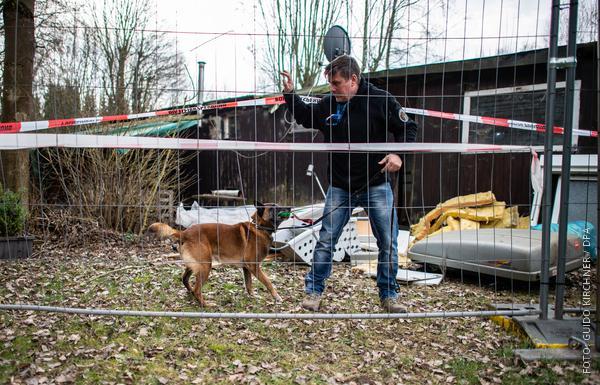 Spürhund mit Hundeführer auf Campingplatz