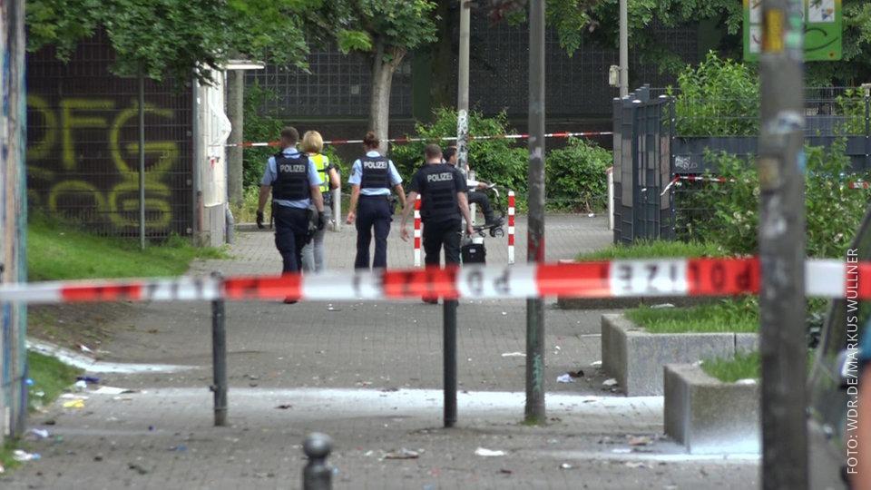 Polizisten am Tatort der Massenschlägerei in der Dortmunder Nordstadt