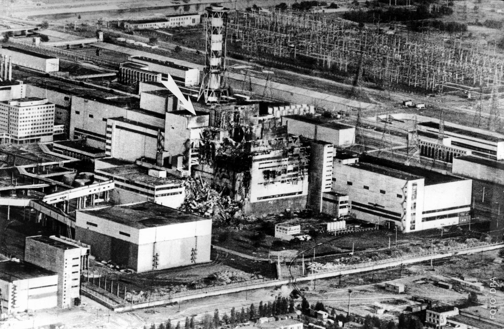 Die Ruine des explodierten Atomkraftwerks in Tschernobyl 1986