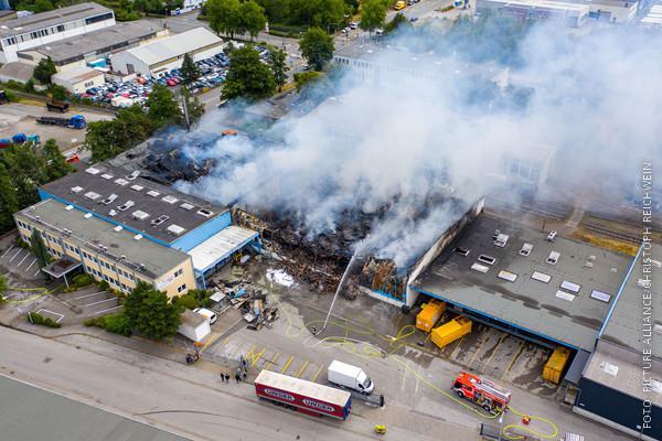 Lagerhalle in Essen brennt