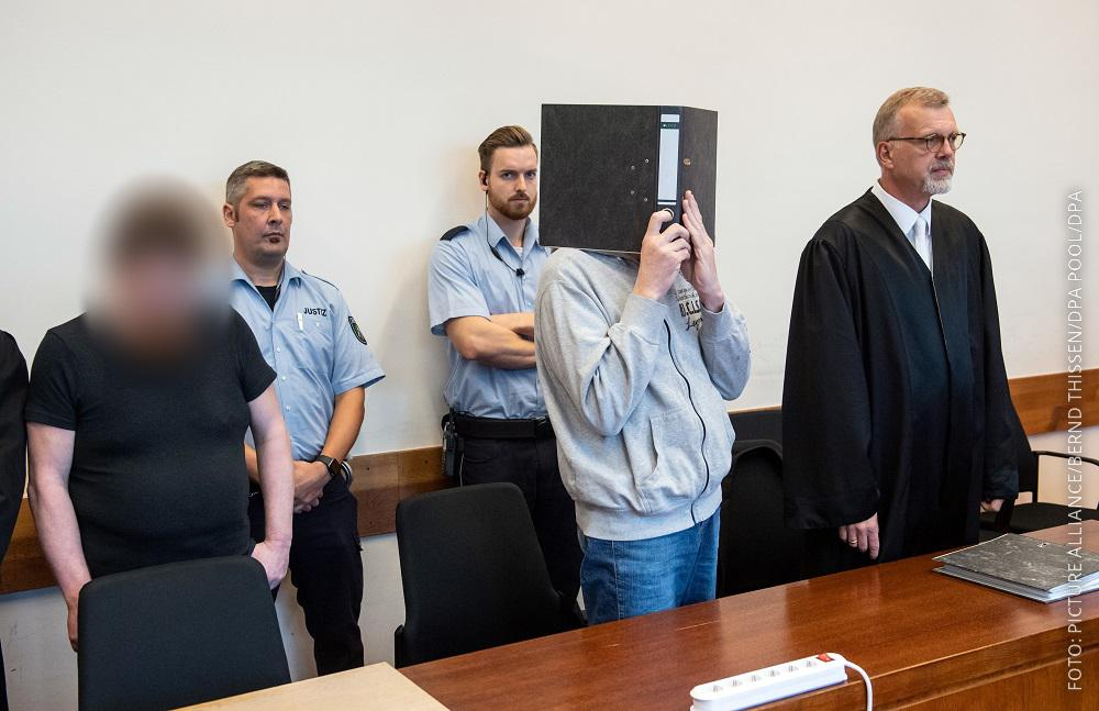 Die Hauptangeklagten im Gerichtssaal bei der Urteilsverkündung