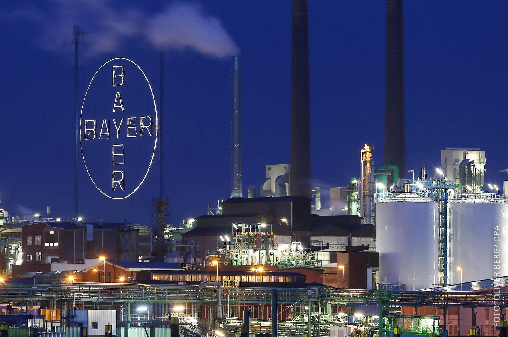 Das Bayer-Kreuz im Chemiewerk in Leverkusen