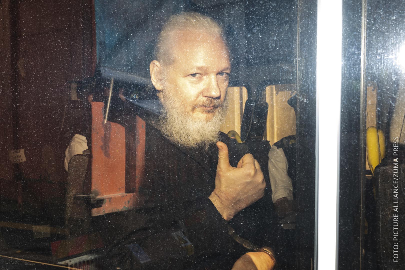 Julian Assange im Polizeiwagen