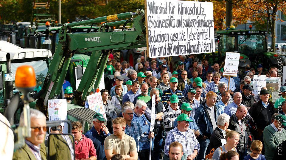 Bauern protestieren in Bonn mit Schildern und Traktoren