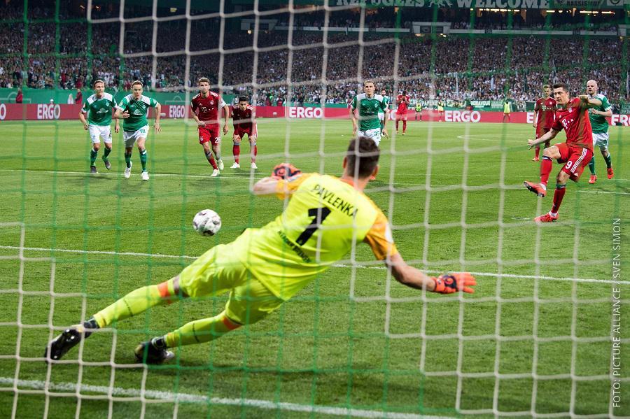 Robert Lewandowski schießt Elfmeter für Bayern gegen Bremen
