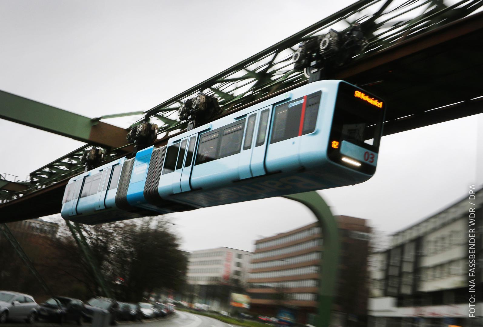 Die Schwebebahn fährt durch Wuppertal.