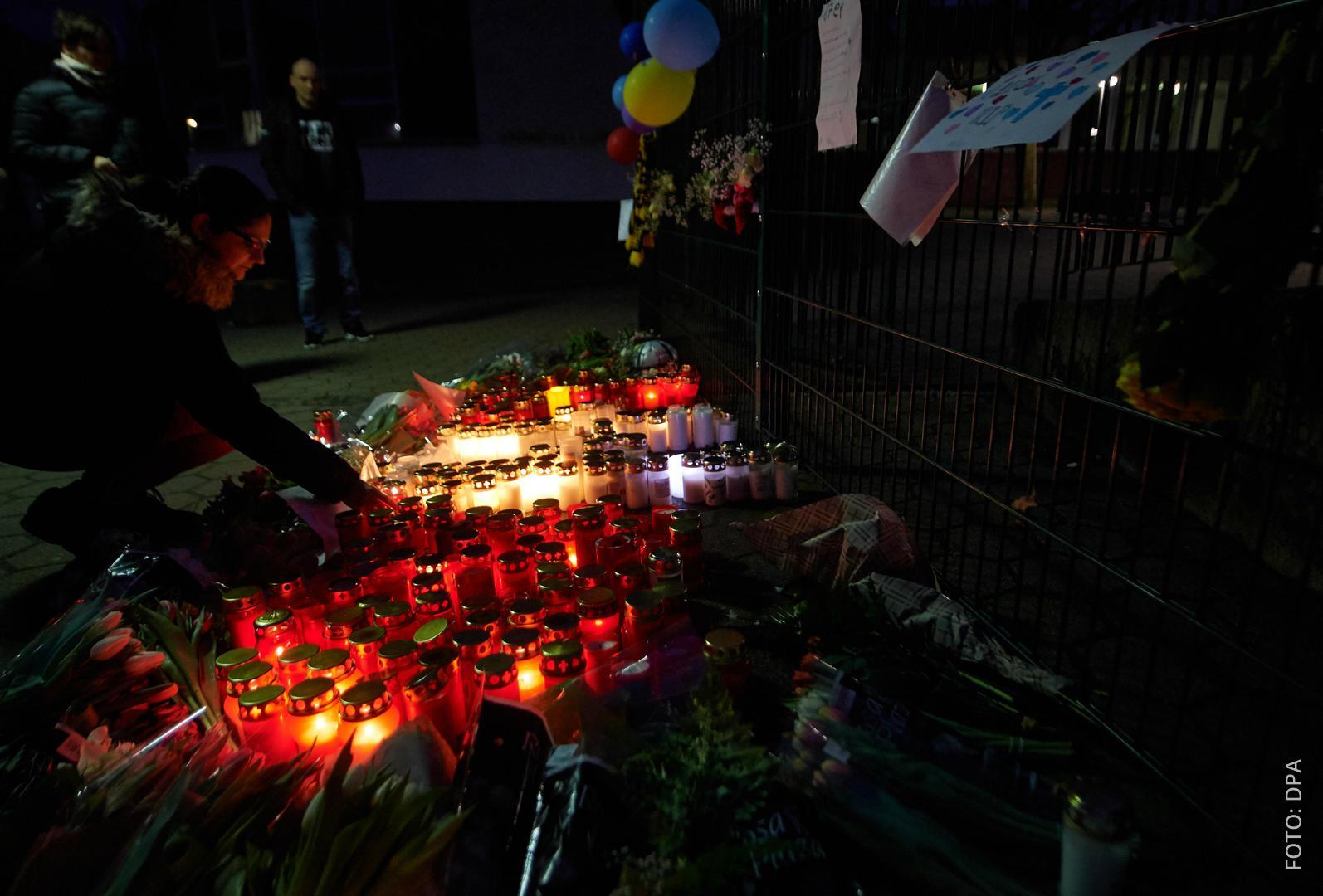 Eine Schülerin hat im Januar Kerzen an der Gesamtschule abgestellt.