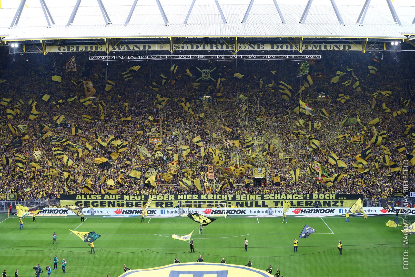 Die volle Südtribüne im Dortmunder Stadion.