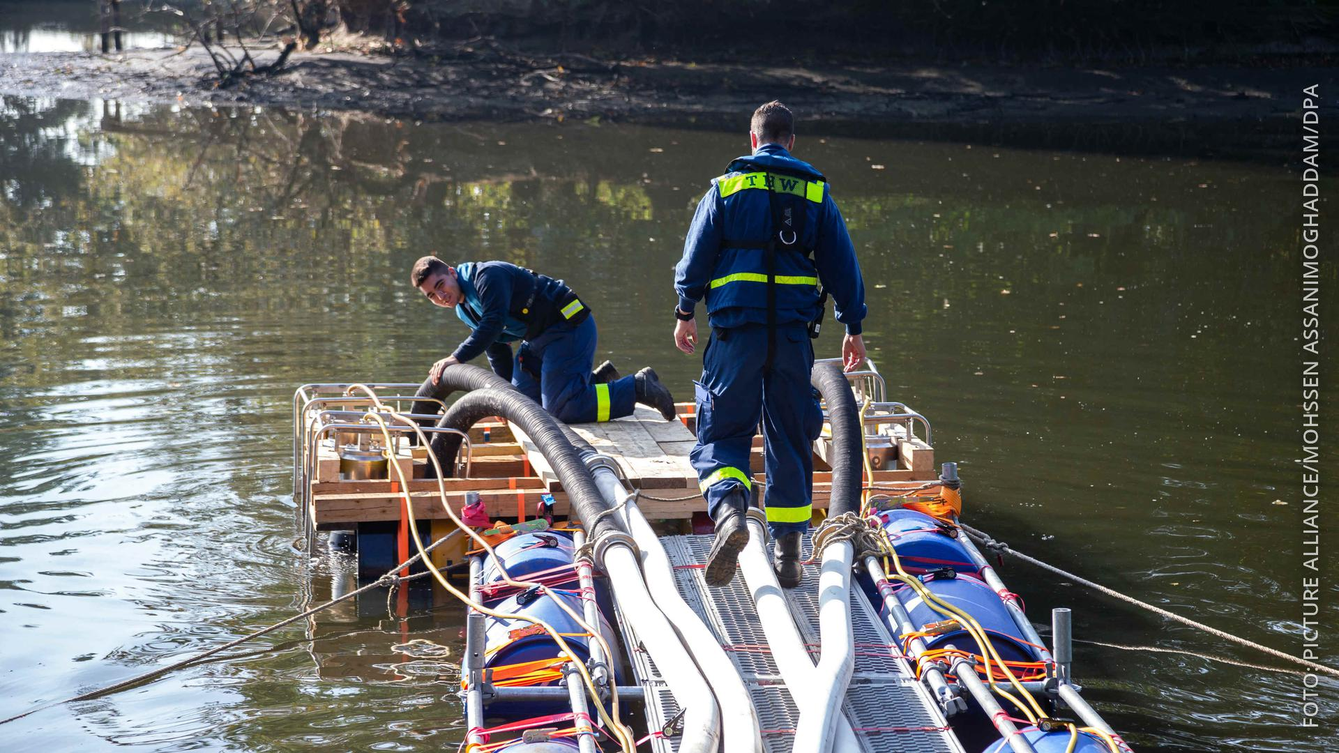 Helfer des THW pumpen einen See in der Nähe von Bremen leer