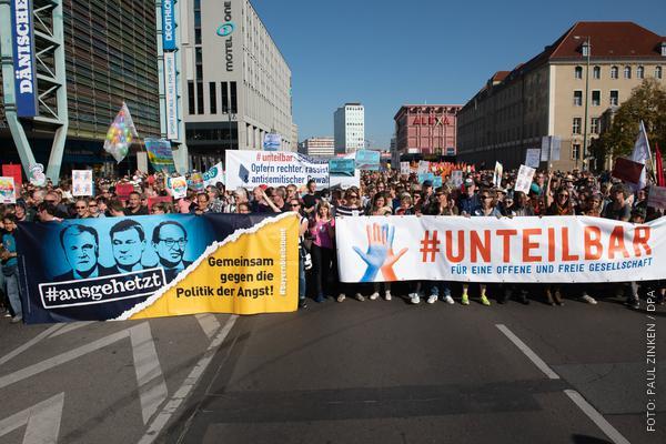 Große Gruppe Demonstranten mit Spruchbändern