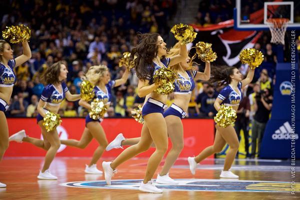Die Alba-Cheerleaderin beim Tanzen während der Pause