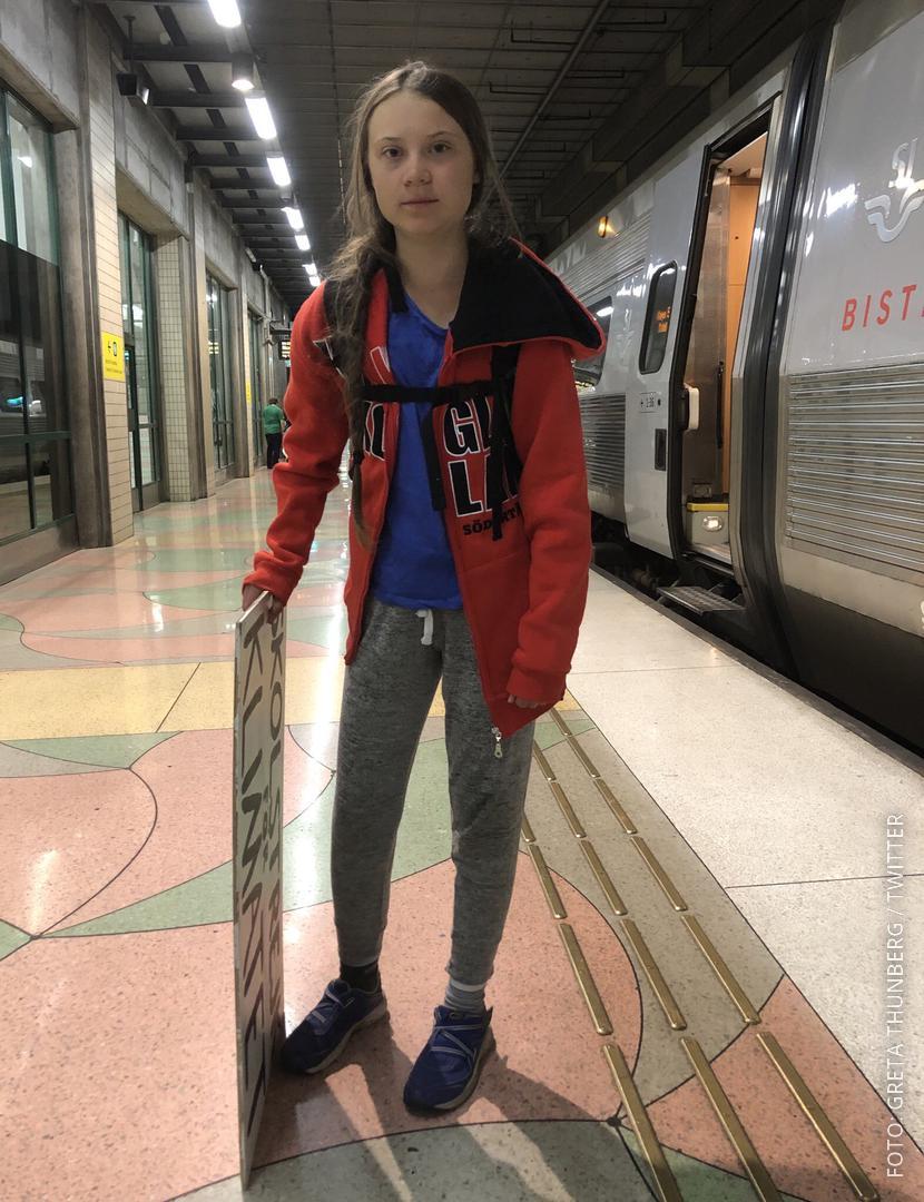 Klimaaktivistin Greta Thunberg steht vor einem Zug.