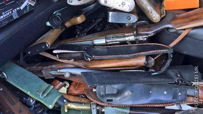 Waffen; Messer, gewehre und Pistolen hat die Polizei in der Wohnung gefunden
