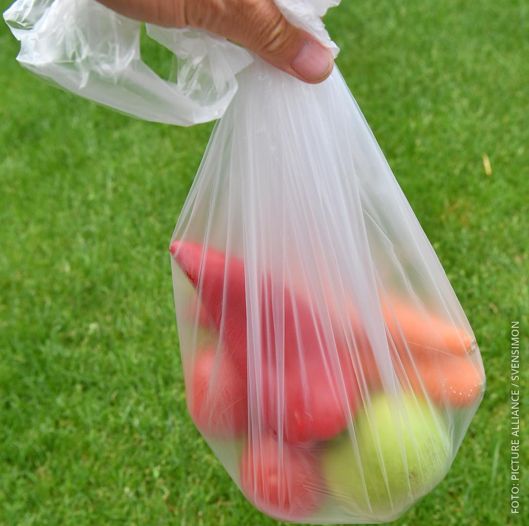 Eine dünne Plastiktüte mit Obst und Gemüse