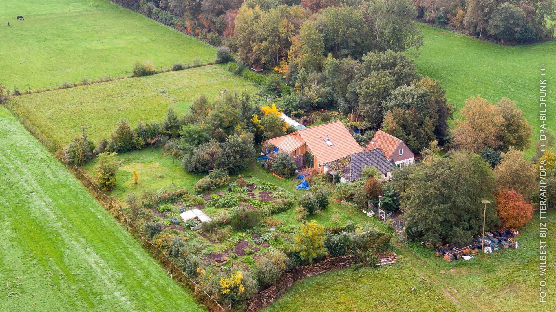 Ein Bauernhof in den Niederlanden aus der Luft fotografiert.